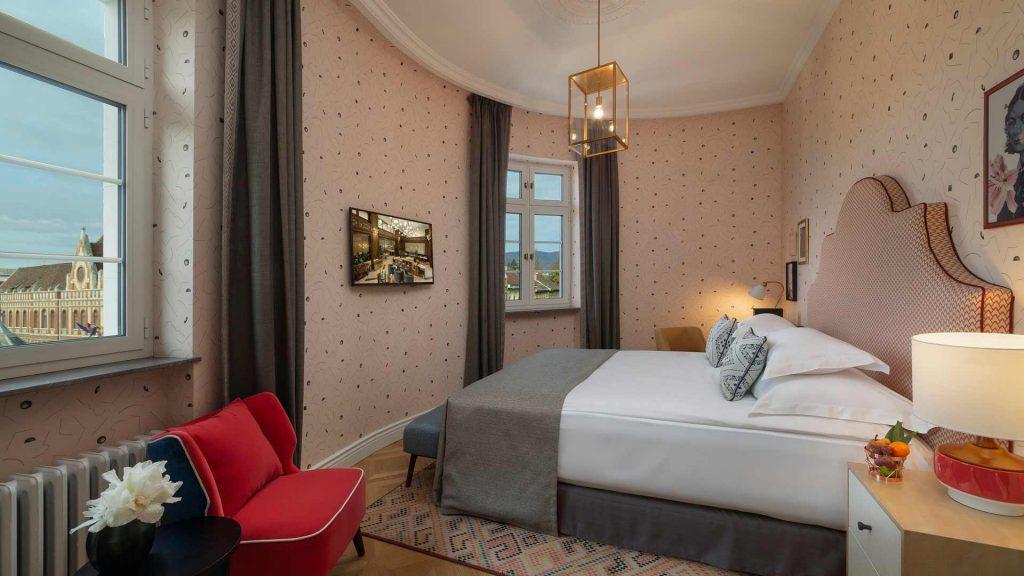 Dachgeschoss-Zimmer 20-23 m² City-Blick und kleinem Balkon_4