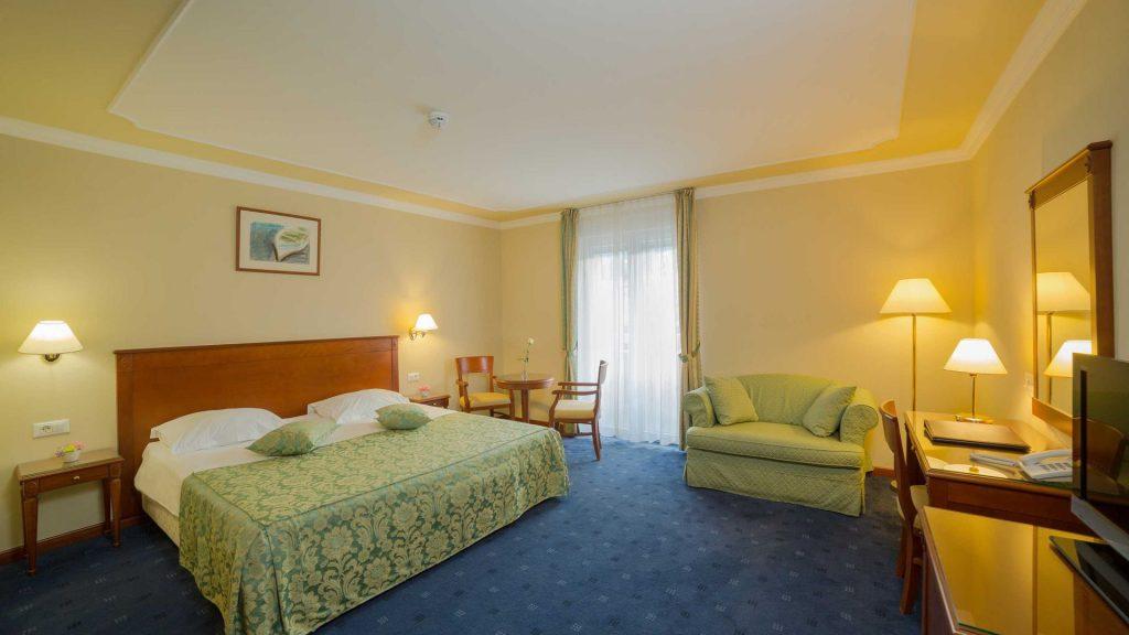 Superior Doppel-/Zweibettzimmer Villa Camellia 28 m² Hof-/Gartenblick und Balkon_7