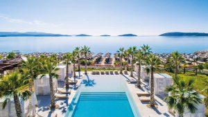 Hotel sa bazenom i pogledom na more