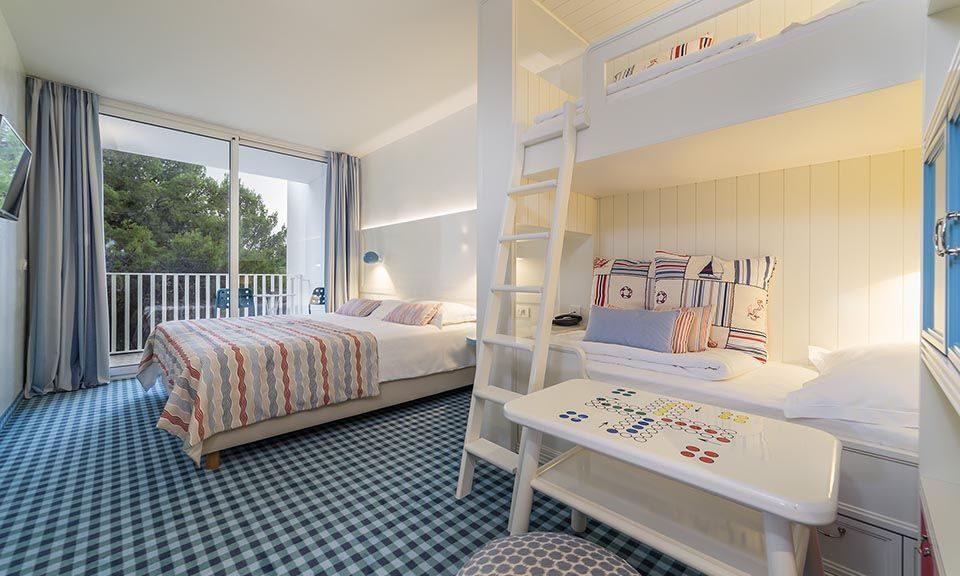 Camera famiglia collegata 47 mq lato mare con balconi_1